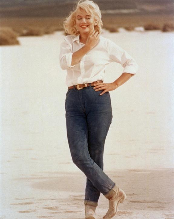 marilyn monroe con gli stivali texani